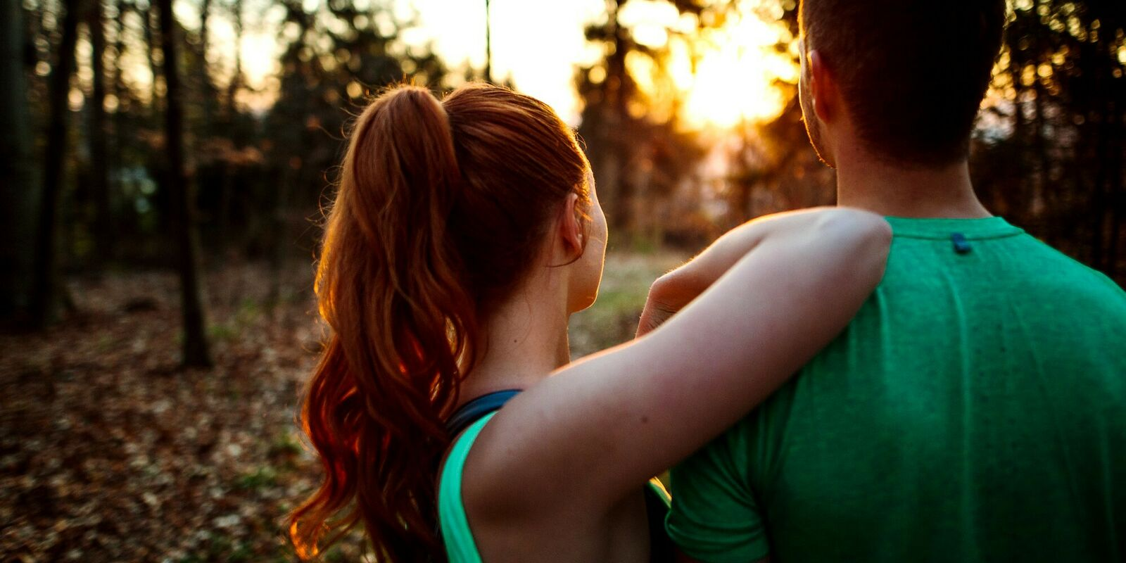 Stefan und Julia beobachten den Sonnenaufgang.