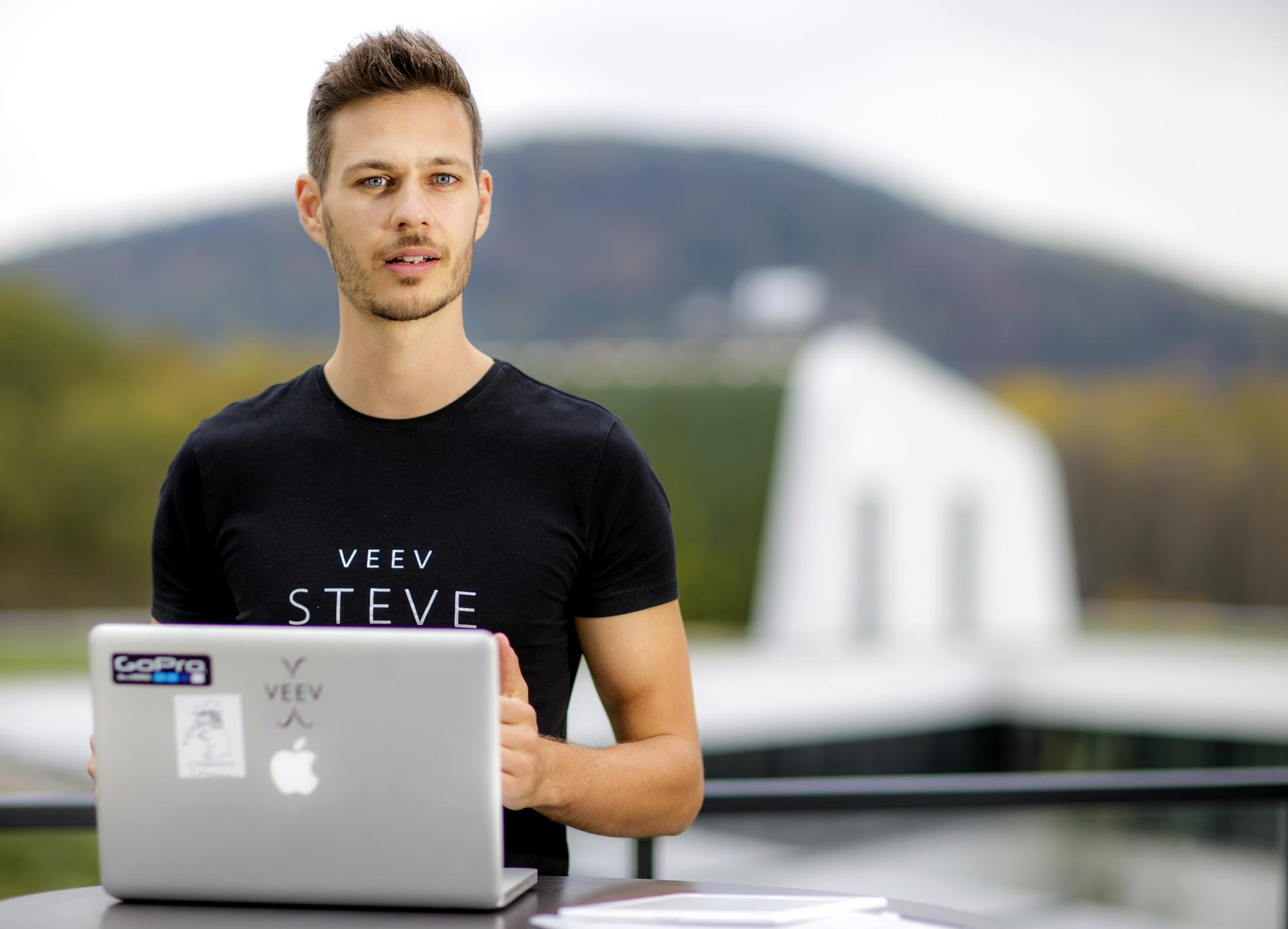 Stefan beim Newsletter schreiben.
